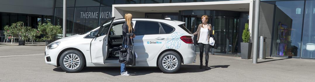 Das Fahrzeug wird mittels der neuen DriveNow-Funktion Handshake an die nächste Kundin übergeben.
