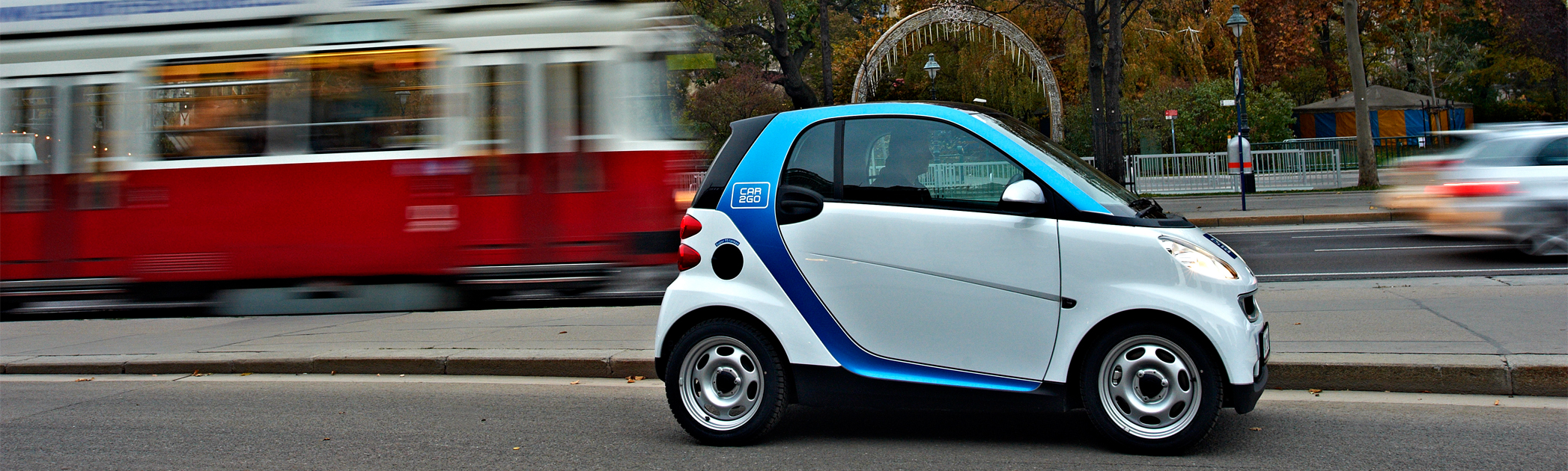 Car2go Smart fortwo vor einer Wiener Straßenbahn