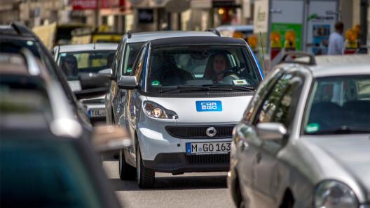 Ein Smart fortwo der Firma car2go steht im Verkehr