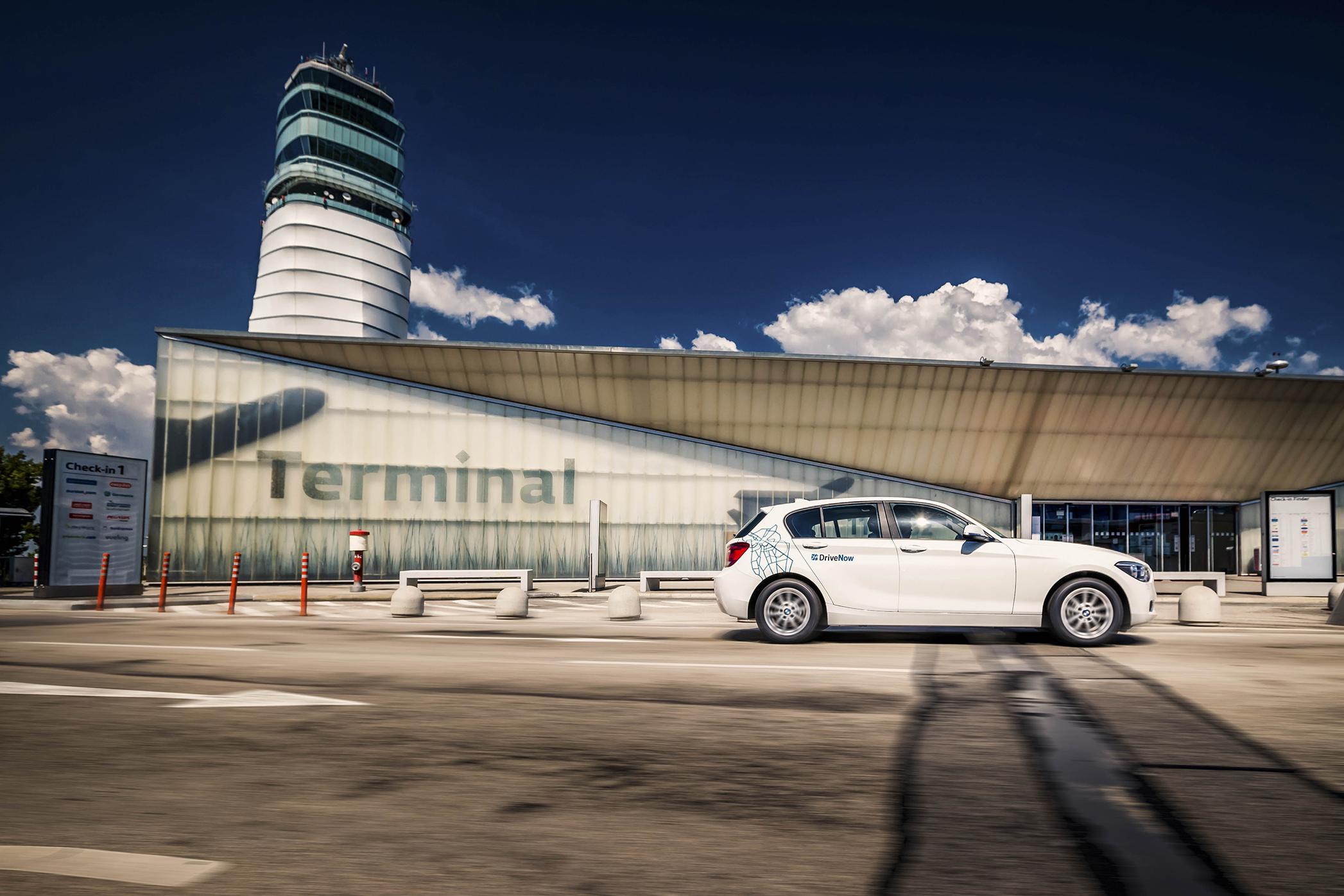DriveNow BMW 1 vor dem Terminal 1A am Flughafen Wien-Schwechat
