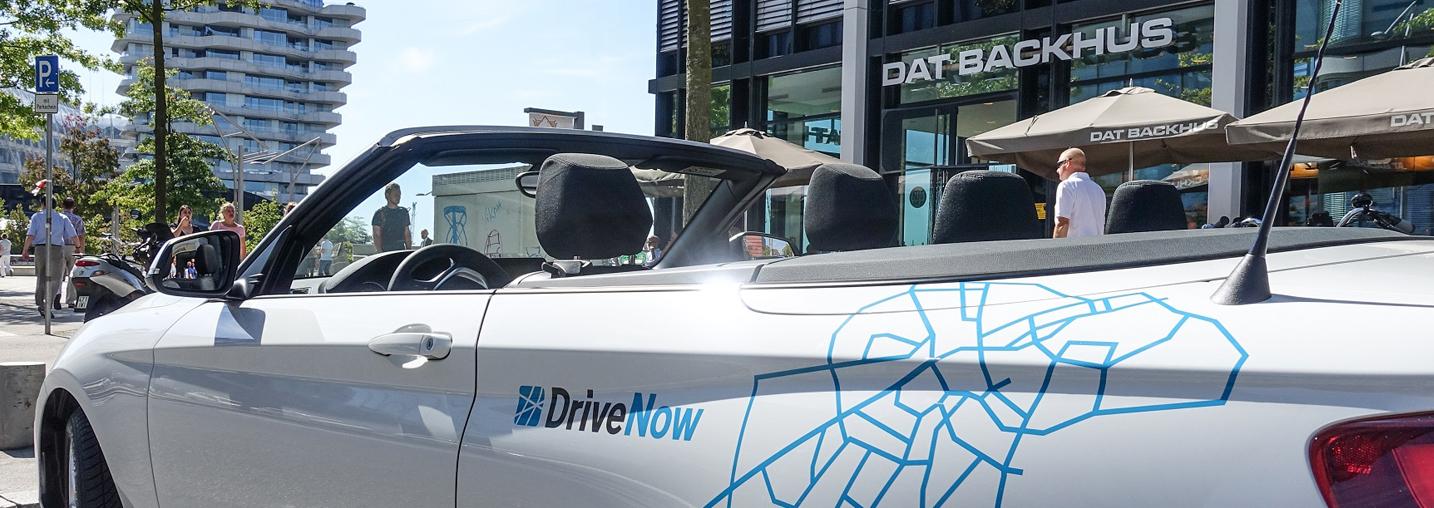 Der BMW 2 vom Carsharing-Anbieter DriveNow auf einem Parkplatz
