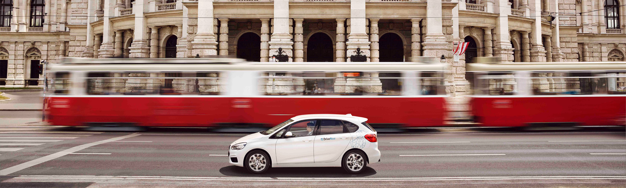 BMW 2er Active Tourer vor dem Wiener Burgtheater