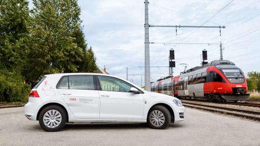 ÖBB Rail & Drive e-Golf mit ÖBB Zug